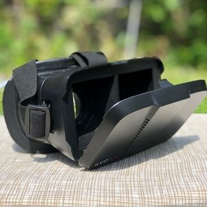 VR HEADSET. USED BUT IN GOOD CONDITION.